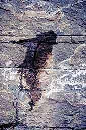 geologische Wasserader in einem Kluft im Felsen